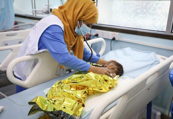 Dr Duha Shamsaddin assesses the vital signs of Shakir, a child with severe acute malnutrition and medical complications, in the MSF Ad Dahi hospital, near Hodeidah, Yemen. © Majd Aljunaid/MSF